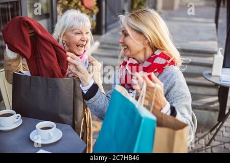 Le donne anziane stanno ridendo nel caffè di strada