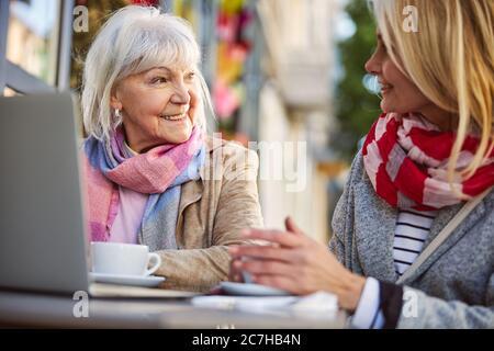Conversazione di due belle donne in strada cafè Foto Stock