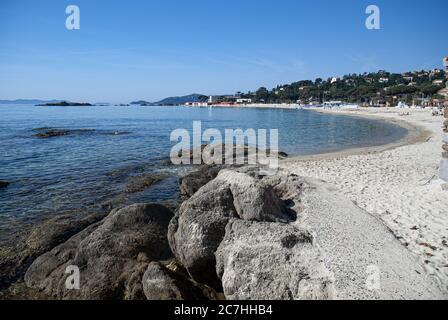 Spiaggia di St Clair circondata dal verde con le colline sullo sfondo in Provenza in Francia Foto Stock