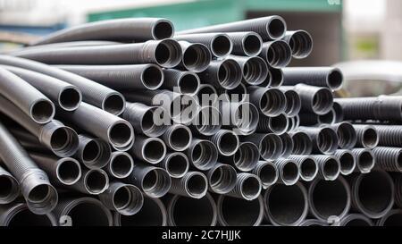 Primo piano di tubi/tubi in metallo nervati. In un cantiere.