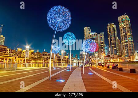 Notte urbano strada di Dubai, Emirati Arabi Uniti con fiori lanterne colorate