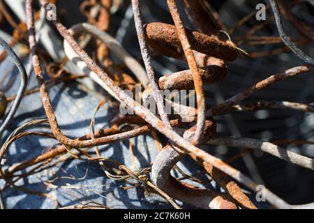 Materiale di scarto-ferro fondo, vecchi e secchi di fabbricazione e metallurgia oggetti. Industria siderurgica. Foto Stock