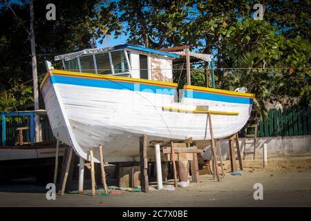 Grande barca bianca in un cantiere navale nella Praia do Pereque a Guaruja, Brasile Foto Stock