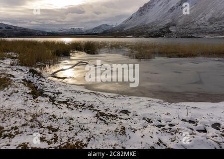 Lago di montagna durante la stagione invernale al tramonto in Patagonia Foto Stock