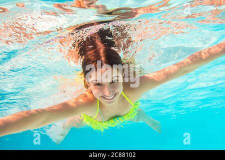 Giovane ragazza carina che nuota sott'acqua Foto Stock