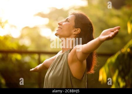 Bella donna rilassante e sentire la natura al parco Foto Stock