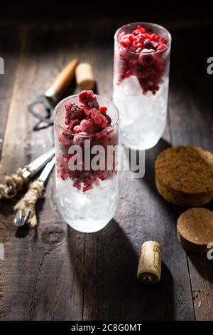 Rinfrescante bevanda estiva con ghiaccio e lamponi. Cibo sano e dolci. Stile vintage.