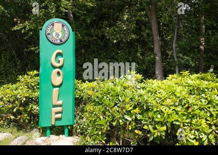 Glücksburg, GERMANIA - 11 luglio 2020: Glucksburg, Gluecksburg, Germania, 11 2020 giugno, segno di un golfclub con la parola golf in lettere dorate su g verde Foto Stock