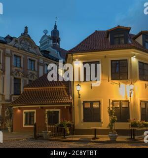 Strada stretta illuminati della città vecchia di notte, Riga, Lettonia