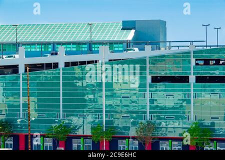 L'architettura di Los Angeles e' anche bella per i suoi garage. I lati specchiati riflettono l'area circostante del quartiere del centro cittadino.