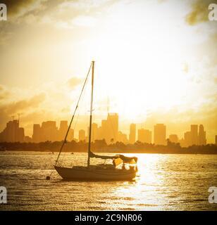 Barche di fronte alla baia di Miami Beach con un bellissimo tramonto. Florida meridionale, Stati Uniti