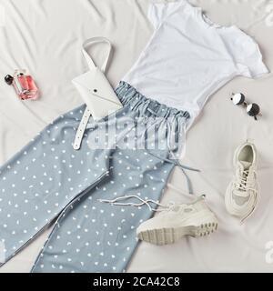 set di abiti eleganti casual per camminare per strada, viaggio, foto dall'alto. donna che prepara abiti per le vacanze Foto Stock