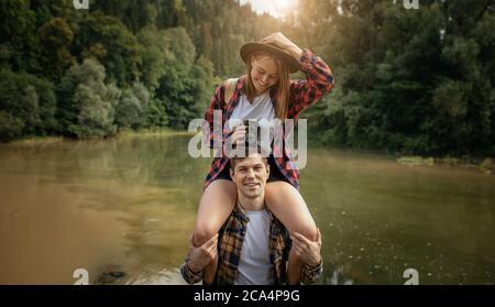 bella coppia che si diverte in aria fresca, primo piano foto. sensazione positiva ed emozione