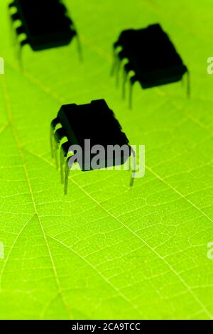 Insetti robotici su foglia verde radioattiva