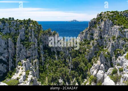 Vista sul parco nazionale di Calanques vicino al villaggio di pescatori di Cassis. Foto Stock
