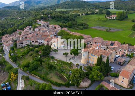 Francia, Var, veduta aerea di Tourtour, villaggio nel cielo, etichettato Les Plus Beaux Villages de France (i più bei villaggi di Francia) Foto Stock
