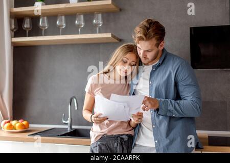 sorpresa unhappy coppia ha informato circa debito. giovani hanno problemi con la banca. primo piano foto