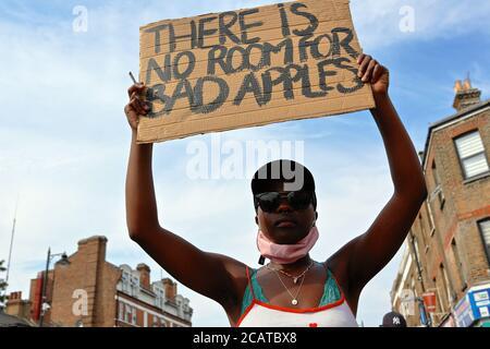 Tottenham - Londra (UK), 8 agosto 2020: Una coalizione di gruppi di attivisti radunati fuori Tottenham polizia stazione di polizia razzismo e violenza. Foto Stock