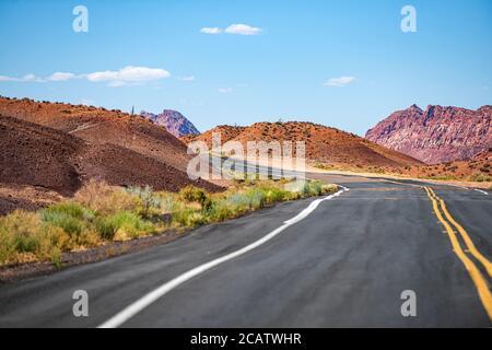 Strada aperta attraverso il campo, strada Highland. Route 66 in California. Foto Stock