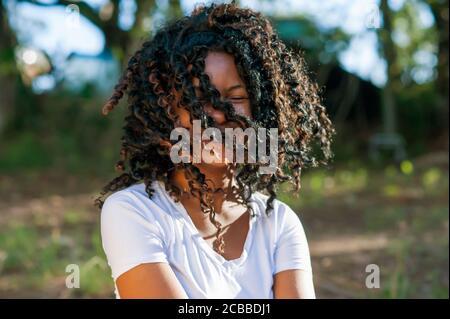 Giovane ragazza africana che gioca e balla nella natura Foto Stock