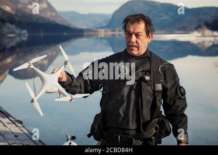 Drone Crash - Diver che tiene un drone recuperato Foto Stock