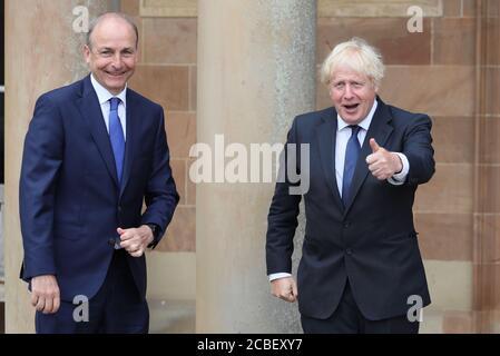Il primo Ministro Boris Johnson (a destra) e Taoiseach Micheal Martin si salutano a vicenda al Castello di Hillsborough durante la visita del primo Ministro a Belfast.