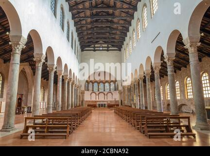 RAVENNA, ITALIA - 29 GENNAIO 2020: La navata centrale della chiesa di San Giovanni Evangelista. Foto Stock