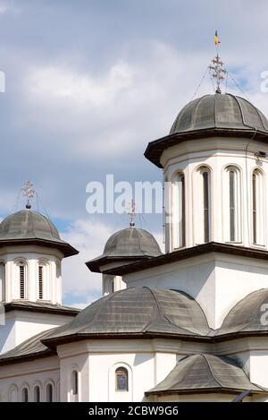 Particolare di campanili e torri della chiesa contro il cielo nuvoloso
