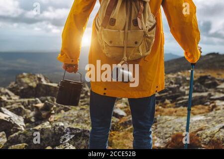 Immagine ritagliata di una passeggiata turistica lungo il sentiero escursionistico con secchio. Primo piano indietro vista ritagliata foto