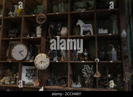 Bangkok, Thailandia - 26 giu 2020 : Orologi da parete e Collectibles su scaffale rustico in legno fatto a mano in stile soggiorno d'epoca. Nessuna messa a fuoco, specifica