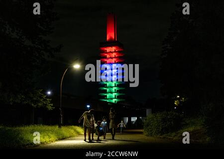 Tokyo, Giappone. 24 Agosto 2020. La torre commemorativa delle Olimpiadi del Parco di Komazawa è illuminata nel colore delle Paralimpiadi, in quanto segna un anno per andare fino a Tokyo 2020 Paralimpiadi.Tokyo 2020 Paralimpiadi e Olimpiadi sono stati rinviati al 2021 a causa della situazione COVID-19. Credit: SOPA Images Limited/Alamy Live News