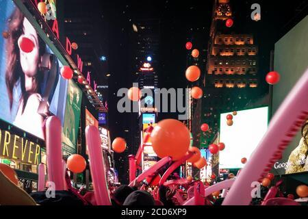 Manhattan, New York, Stati Uniti d'America - la festa di Capodanno di Times Square famosa per il lancio del pallone. Palloncini che cadono dal cielo. Foto Stock