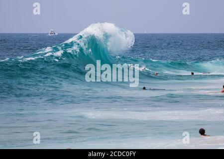 Un'onda che si infrange sulla spiaggia di Cylinds Newport Beach California STATI UNITI