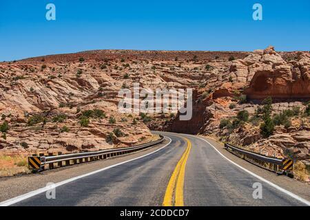 Strada aperta attraverso il campo, strada Highland. Vuota strada panoramica in Arizona, Stati Uniti. Autostrada del deserto al tramonto, concetto di viaggio, Stati Uniti. Foto Stock