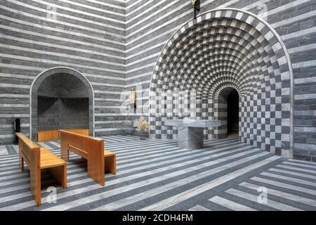 Splendido design interno moderno della chiesetta di San Giovanni Battista da Mongo in Valle Maggia, Ticino, Svizzera. Il disegno, dal TICI Foto Stock