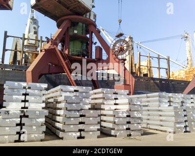 Lingotti di Alluminio. Il trasporto di alluminio per l'esportazione Foto Stock