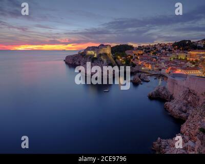 Una vista su Dubrovnik dalle mura della città al tramonto. Foto Stock
