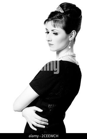 vintage Ritratto di una bella giovane ed elegante donna. La ragazza nell'immagine di Audrey Hepburn. Fotografia in bianco e nero