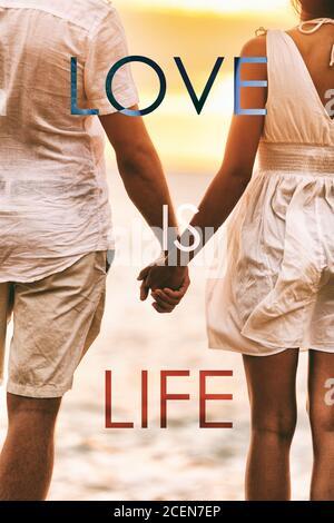L'AMORE È TITOLO DI VITA scritto sopra la coppia nell'amore che tiene le mani alle vacanze di luna di miele della spiaggia del tramonto. Poster con citazione di ispirazione positiva per gli amanti
