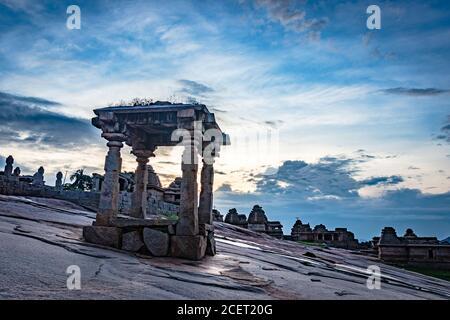 rovine di hampi l'antica arte in pietra con un'incredibile drammatica immagine del cielo è presa all'hampi karnataka india e mostra l'impressionante architettura di hampi. Foto Stock