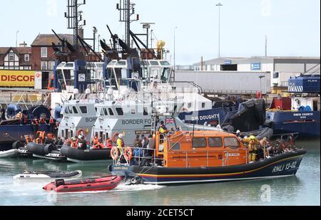 Un gruppo di persone che si pensa siano migranti viene portato a dover, Kent, dalla RNLI a seguito di un piccolo incidente in barca nella Manica.
