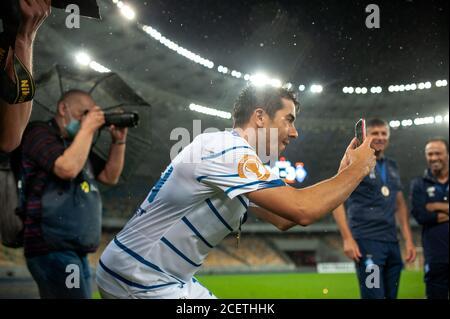 Kiev, Ucraina - 25 agosto 2020: Carlos De pena, difensore di Dynamo Kyiv fotografia al telefono dopo la partita Ucraina Super Cup Shakhtar - Dynamo