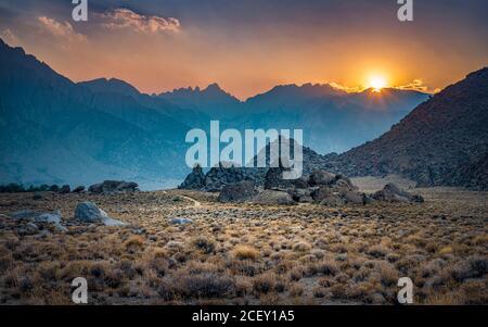 Lone Pine vista picco su sunrise in Alabama Hills, Eastern Sierra Nevada, Lone Pine, California, Stati Uniti d'America.