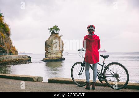 Vancouver città bici donna turista ciclista ciclismo in Stanley Park, attrazione turistica in British Columbia, Canada. Spostamenti in stile canadese.