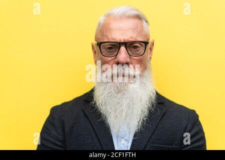 Primo piano di hipster senior bearded serious man - concetto di stile di vita maturo e anziano - Focus su naso, bocca, occhiali Foto Stock