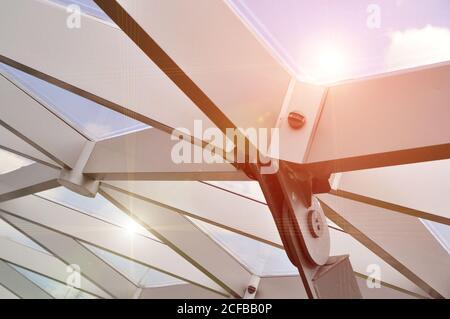 Padiglione moderno coperto di metallo e vetro. Foto Stock