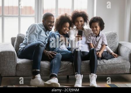 Felice famiglia afroamericana in posa per selfie foto sul cellulare.