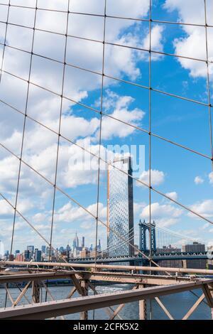 Le nuvole galleggiano nel cielo sulle residenze Lower East Side di Manhattan oltre il Ponte di Brooklyn a New York City NY USA il 16 2029 maggio. Foto Stock