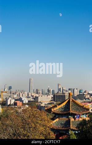 Pechino/Cina - 11 febbraio 2014: Veduta aerea del quartiere Centrale degli Affari di Pechino dal Parco di Jingshan Foto Stock