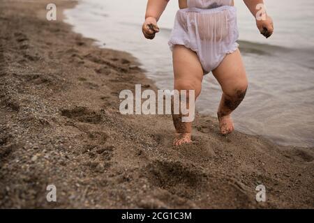 Sandy Toddler Passeggiate su una spiaggia di Presque Isle Foto Stock